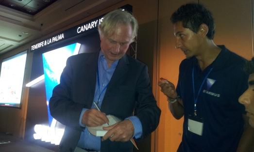 Richard Dawkins firmando libros que llevaron sus admiradores. |R.M.T.