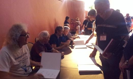 Brian May y otros asistentes a Starmus 2014, firmando libros a sus admiradores. |ROSA M. TRISTÁN