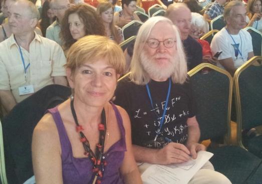 No pude evitar fotografiarme junto a John Ellis, antes de su conferencia. Por eso tenía las notas en la mano.