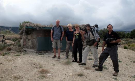 El fotógrafo Roger Tridman, su mujer, la autora, Carlos Sánchez y Luis Enrique Serrano, junto al 'hide'. |JOSEFINA MAESTRE