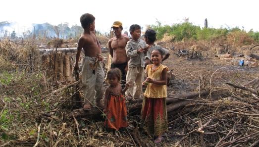 Familia de Camboya, que malvive deforestando un bosque tropical. |ROSA M. TRISTÁN
