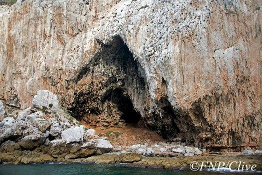 Entrada a la cueva de Gorham.