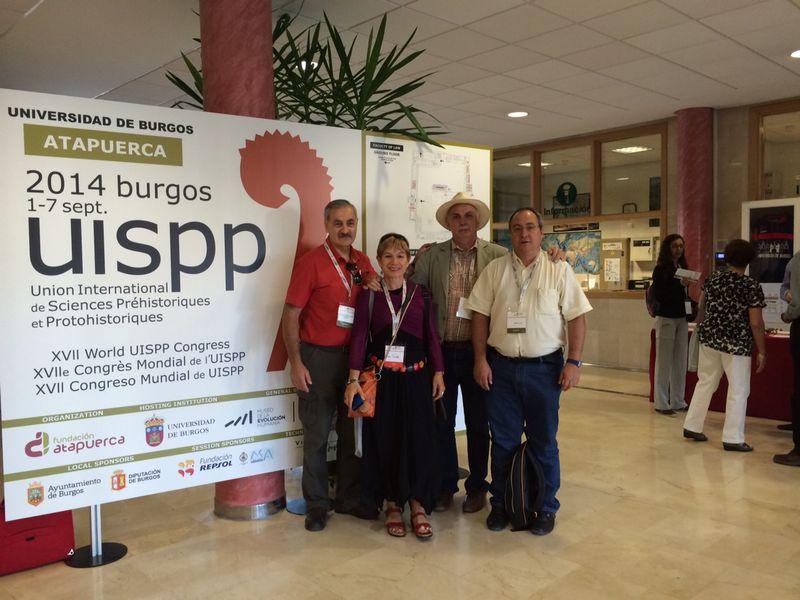La autora, que no pudo resistitr la tentación de tener una foto del evento, con Bermúdez de Castro, Carbonell y Sala.  R.M.T.