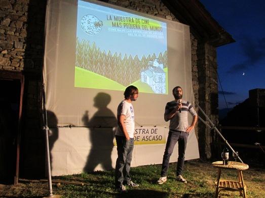 Miguel Valero presentando 'Los Increíbles' en Ascaso. A la derecha, Néstor. |R.M.T.