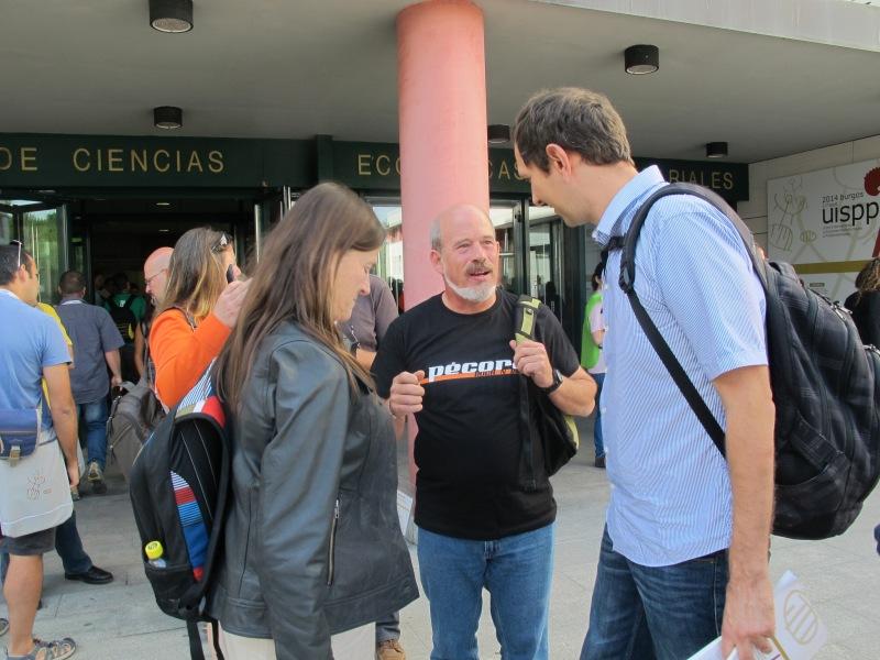 Ignacio Martínez y Gloria Cuenca, del equipo de Atapuerca ambos, con otro participante.  R. M. T.