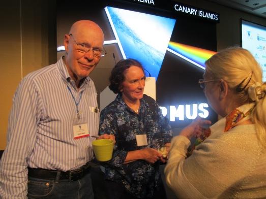 El Nobel Robert Wilson, tomando café con dos acompañantes.|R.M.T.