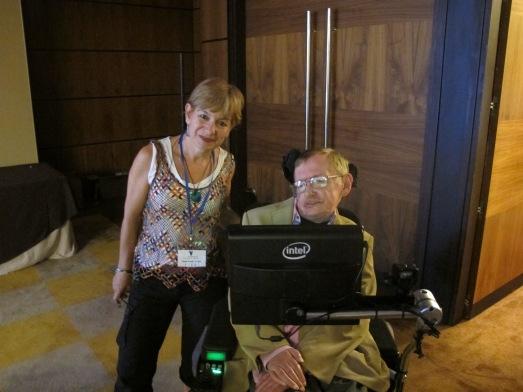 La autora, junto a Stephen Hawking. Se lo pregunté, y con un leve movimiento de ceja contestó que encantado, según me tradujo su asistente.