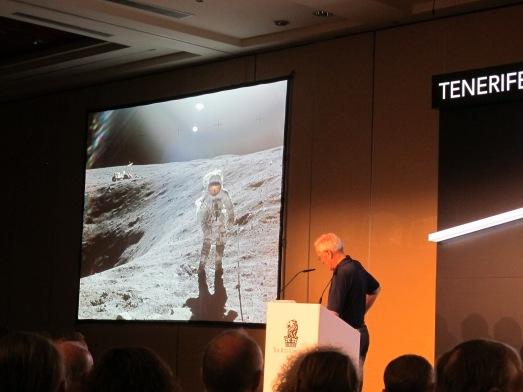 Charlie Duke, con una foto de si mismo de cuando estuvo en la Luna. |ROSA M. TRISTÁN