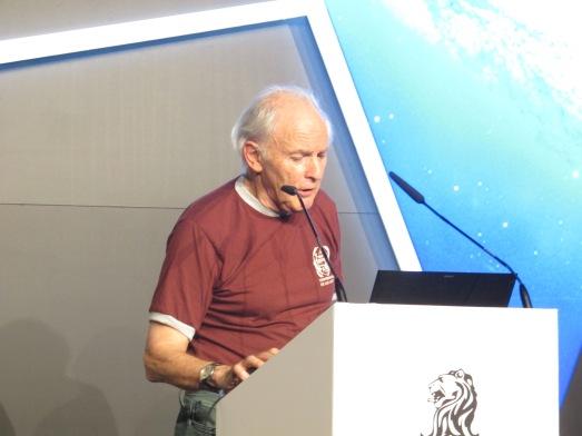 Harold Kroto, explicando su molécula, con mucho humor. Un gran divulgador. |ROSA M. TRISTÁN
