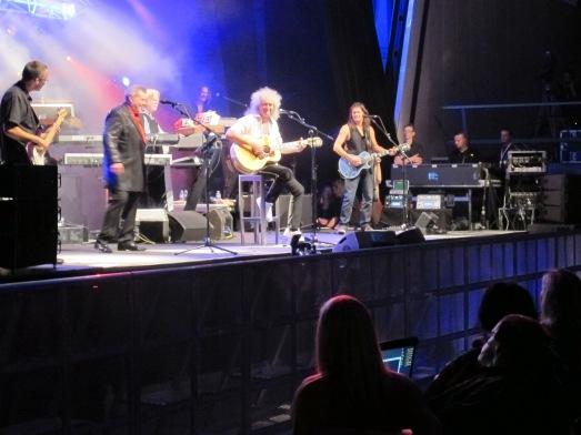 Brian May, mirando a su amigo Hawking, durante su concierto en el Magma. Cuando May acabó, el físico se fue. |R.M.T.