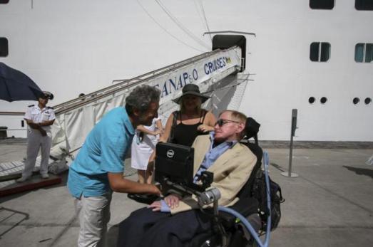 Stephen Hawking a su llegada a Tenerife, en una foto de PEPE TORRES /EL MUNDO
