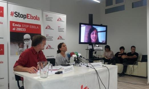 Carolina López, en videoconferencia desde Sierra Leona, ayer en la sede de Médicos sin Fronteras. En la mesa, el presidente José Antonio Bastos y la experta en ébola Fernanánda Méndez.| R.M.T.