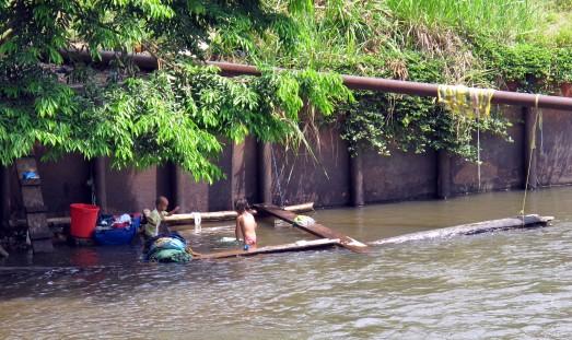 Así es el río donde se baña Diana. Le cruza un oleoducto. Sucumbíos (Amazonía de Ecuador). |ROSA M. TRISTÁN