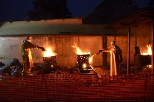 En Donka, cada noche se quema todo el material que no puede ser desinfectado. |MSF