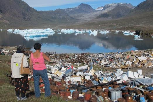 Dos groenlandesas, a la búsqueda de alguna pieza en el vertedero del fiordo. |@ROSA M. TRISTÁN