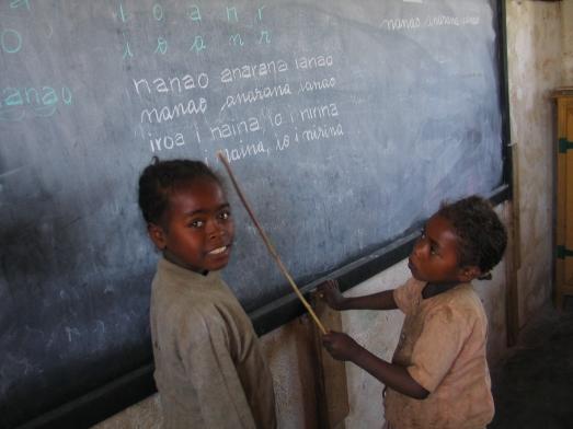 Aprendiendo a leer en una escuela rural del sur de Madagascar, con ayuda de la ONG española Manos Unidas. @ROSA M. TRISTÁN