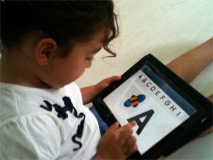 Una niña aprende las letras en una tablet. |TENDENCIA 21