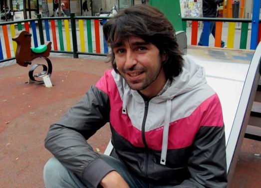 Gorka González, en un parque de Lavapiés.  ROSA M. TRISTÁN