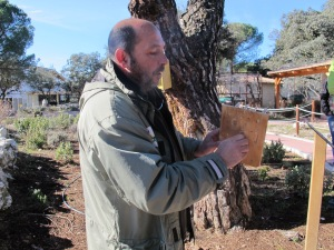 Fernando Garcés, con un artilugio para insectos.  @RMT