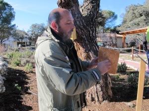 Fernando Garcés, con un artilugio para insectos. |@RMT