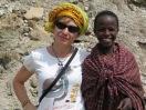 La autora y un joven masai, en Tanzania. Pieles distintas, pero desde hace sólo 8.000 años. |R.M.T.