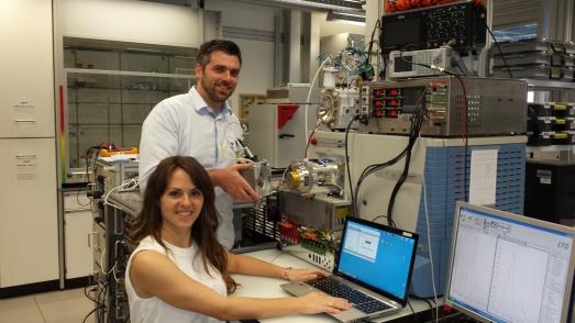 Guillermo Vidal y Myrian Macías, junto al dispositivo que han desarrollado.