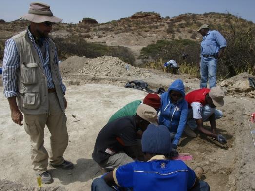Manuel Domínguez-Rodrigo, junto a los excavadores del yacimiento PTK. | Javier Trueba