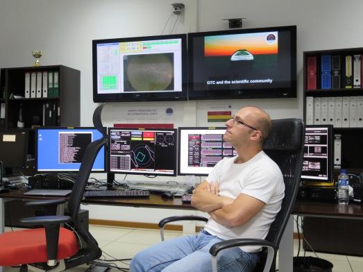 Astrónomos trabajando una noche en el GTC. @RosaTristán