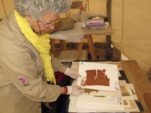 La investigadora Pía Frade, del Proyecto Djehuty, con textiles egipcios en Luxor. |R.M.T.