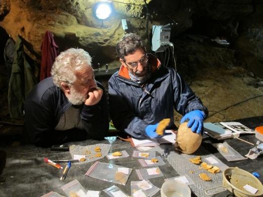 Marcos de la Rasilla y Antonio Rosas, con fósiles de neandertales en El Sidrón. |ROSA M. TRISTÁN
